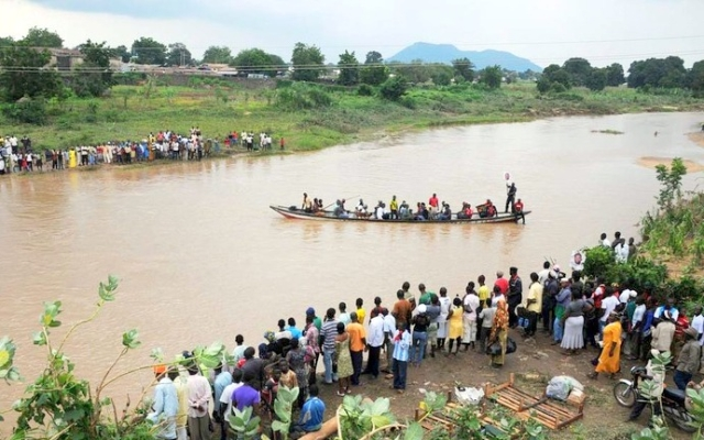 people-being-ferried-across-river-shendam-following-the-collapse-of-shendam-bridge-in-plateau